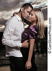Una pareja joven y bonita posando