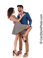 Una pareja joven y sensual mirándose