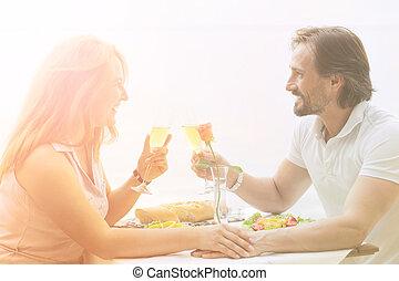 Una pareja madura al aire libre