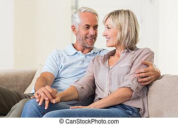 Una pareja madura mirándose