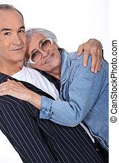 Una pareja mayor abrazando