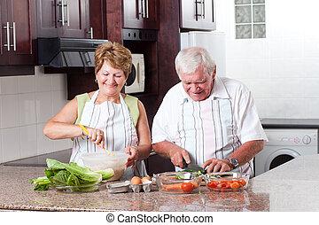 Una pareja mayor cocinando en la cocina