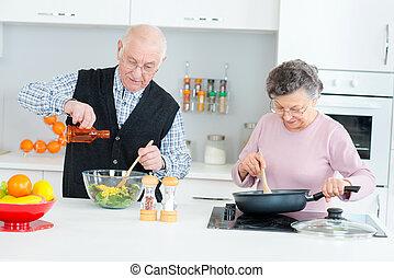 Una pareja mayor cocinando