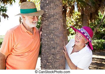 Una pareja mayor coqueteando