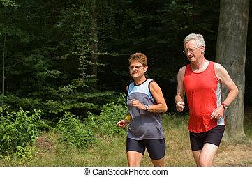 Una pareja mayor corriendo