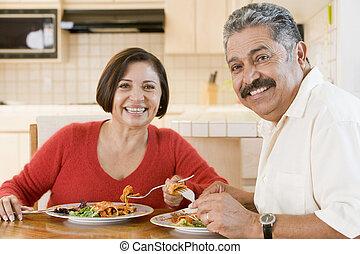 Una pareja mayor disfrutando de la comida, pasando el tiempo juntos