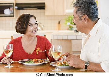 Una pareja mayor disfrutando la comida, la hora de comer juntos