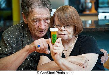 Una pareja mayor en casa con receta