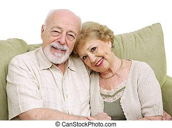 Una pareja mayor en casa