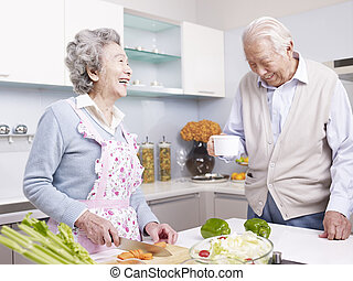 Una pareja mayor en la cocina