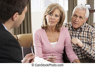 Una pareja mayor hablando con asesor financiero