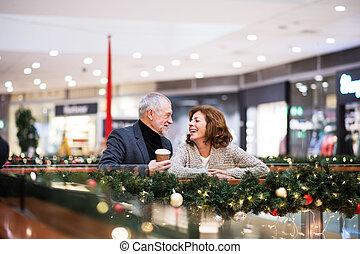 Una pareja mayor haciendo compras navideñas.