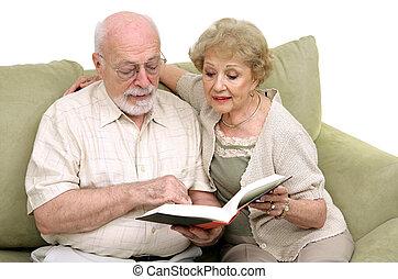 Una pareja mayor leyendo juntos