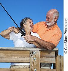 Una pareja mayor pescando juntos