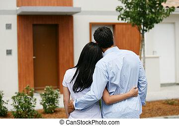 Una pareja mirando su nuevo hogar