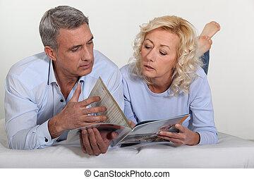 Una pareja mirando un catálogo