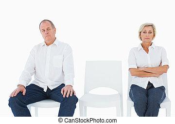Una pareja molesta sin hablar con cada uno