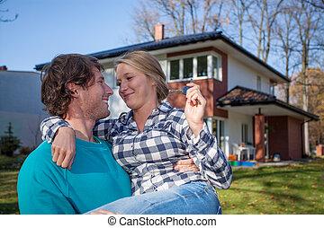 Una pareja mudándose a una nueva casa