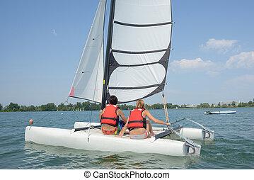Una pareja navegando