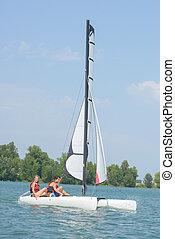 Una pareja navegando en Lake
