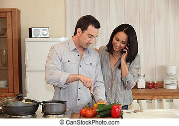 Una pareja preparando una comida juntos