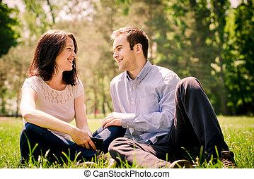 Una pareja que habla con ella
