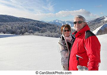 Una pareja que va a esquiar por todo el país