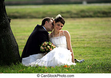 Una pareja recién casada besándose en verano