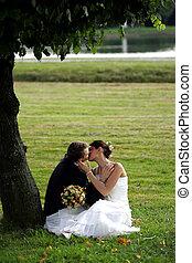 Una pareja recién casada besándose