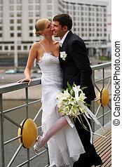 Una pareja recién casada en la escena urbana del amor