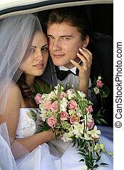 Una pareja recién casada en limusina