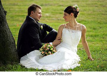 Una pareja recién casada enamorada