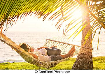 Una pareja relajada en la hamaca tropical