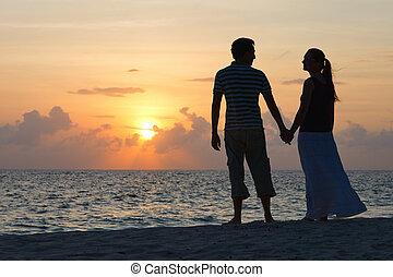 Una pareja romántica al atardecer