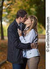 Una pareja romántica besándose
