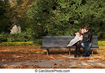 Una pareja romántica en el jardín de Luxemburgo en otoño. París, Francia