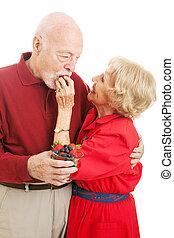 Una pareja sana comiendo bayas