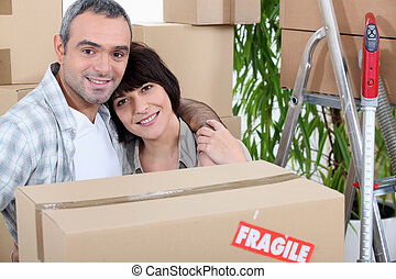 Una pareja se muda a casa