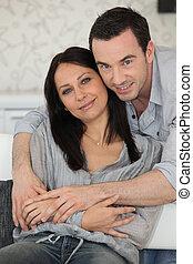 Una pareja se sentó en el sofá