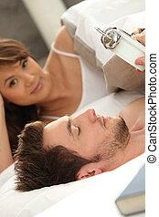 Una pareja se va a la cama
