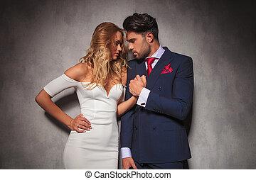Una pareja sensual sosteniéndose de las manos