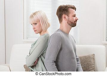 Una pareja sentada en el sofá