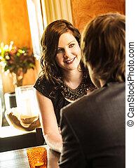 Una pareja sentada en un restaurante