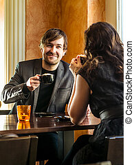 Una pareja sentada en una cafetería