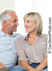 Una pareja sonriente mirándose