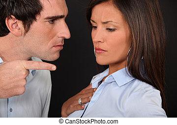 Una pareja teniendo una discusión.