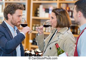 Una pareja va a catar vinos
