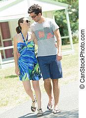 Una pareja va a dar un paseo