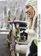 Una pareja va a esquiar.