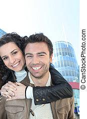 Una pareja visitando la ciudad